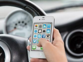 Ablenkung beim Autofahren: Textnachrichten sind die größte Gefahr (Bild: Shutterstock/George Dolgikh)