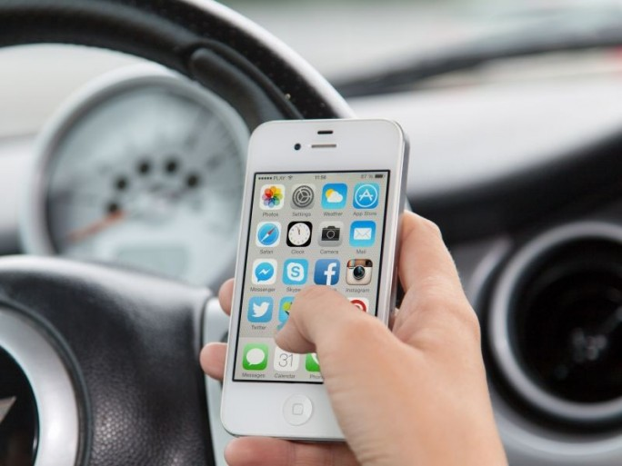 Smartphone im Auto (Bild: Shutterstock/George Dolgikh)