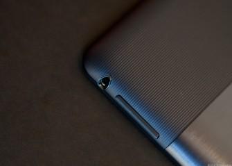 Der breit geriffelte Kunststoffstreifen hat eine Bewandtnis: Unter Plastik empfängt der GPS-Chip besser als unter Aluminium. (Bild: CNET).
