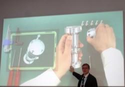 Die Augmented-Reality-Brille Airscouter von  Brother ist etwa für Servicetechniker gedacht, die dann bei ihrer Arbeit beide Hände verwenden und dennoch gleichzeitig in einem Handbuch nachsehen können  (Bild: ITespresso).