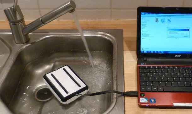 Die externe USB-3.0-Festplatte DataRock ist nicht nur wasserdicht, sondern schwimmt auch (Bild: Christian Lanzerath).