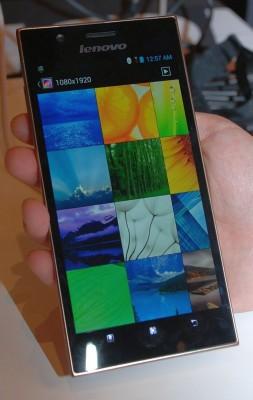 Lenovos K900 ist das erste Smartphone mit Intel Dual-Core-Chip für Mobiltelefone (Bild: Kent German/CNET).