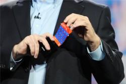 Auf der CES 2013 führte Microsofts Chief Technical Strategy Officer Eric Rudder anhand eines Prototyps, wie ein Windows Phone mit Youm-Display aussehen könnte (Bild: James Martin/CNET).