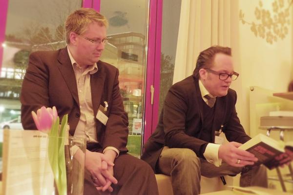 """Thriller-Autor Jenk Saborowski (rechts) und Symantec-Manager Michael Hoos bei der Lesung aus Saborowskis Buch """"Biest""""."""