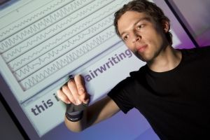 Airwriting: Aus Bewegungssignalen erkennt ein Computer in die Luft geschriebene Buchstaben. (Foto: Volker Steger).