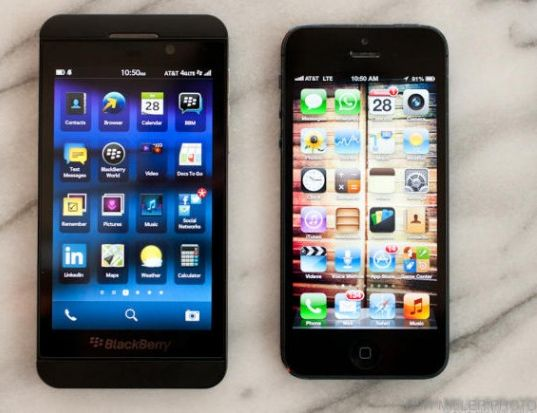 Das Blackberry Z10 (links) im Vergelich mit dem iPhone 5 (Bild: Josh Miller / CBS Interactive).