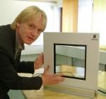 Ericsson-Manager Jan Hederén mit einem Entwurf des intelligenten Fensters (Bild: Ericsson).