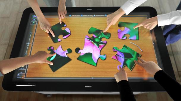 Dateien gemeinsam bearbeiten, das ermöglicht das interaktive Multitouch-Display von Evoluce (Foto: Evoluce).