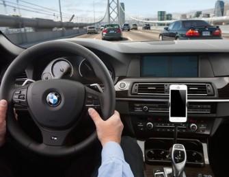Auf seiner eigenen Website wirbt Apple mit einem Bild von BMW für Siri Eyes Free - vom bayerischen Autobauer dürfte man also auch bald etwas hören (Screenshot: ITespresso bei Apple.com).