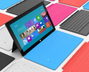 Microsofts Tablet Surface mit Ständer, Touch-Cover und Windows RT (Bild: Microsoft).