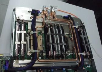 Bei der Warmwasserkühlung wird in Kupferrohren speziell behandeltes Wasser bis an die Prozessoren geleitet - hier am Beispiel eines Bauteils des SuperMUC (Bild: Peter Marwan).