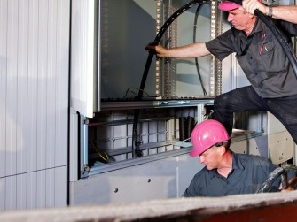 Mitarbeiter der Telekom bei Arbeiten an einem Kabelverzweiger (Bild: Deutsche Telekom)