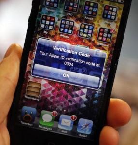 Vor dem Exploit schütze die optionale Zwei-Faktor-Authentifizierung, die Apple in Deutschland aber noch nicht anbietet (Bild: Jason Cipriani / CNET.com)