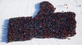 Hommage an den großen Investor aus den USA: 2493 Einwohner von Luleå versammelten sich Mitte März auf dem zugefrorenen Hafenbecken und formten für das Guinness-Buch die größte Hand aus Menschen auf dem Eis (Bild: Stadtverwaltung von Luleå).