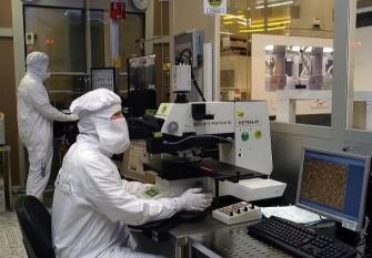 Schüler, die sich bei Chips@School platzieren konnten, werden für einen Tag an den Infineon-Standort Regensburg eingeladen (Bild: Infineon).