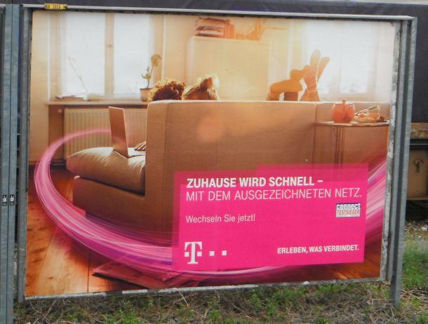 """Einerseits wirbt die Deutsche Telekom  auf Plakaten für """"schnelles Internet"""", andererseits will sie die Intensive Nutzung ihres Angebots unterbinden. Da ist Kritik nur allzu verständlich (Bild: ITespresso)."""