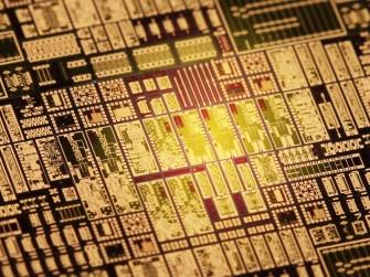 Möglich machen die schnelle drahtlose Datenübertragung die eigens dafür entwickelten Chips (Bild: Karlsruher Institut für Technologie).