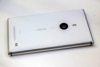 Novum für Nokia: Das Lumia 925 kommt mit einem Rahmen aus Aluminium, der das Gehäuse verstärkt und gleichzeitig als Antenne dient (Bild: CNET.com).