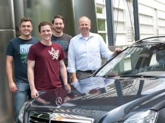 """Das Team """"Automatisiertes Fahren"""" am Institut für Mess-, Regel und Mikrotechnik der Universität Ulm, mit dem selbständig fahrenden Mercedes (Bild: Universität Ulm)."""