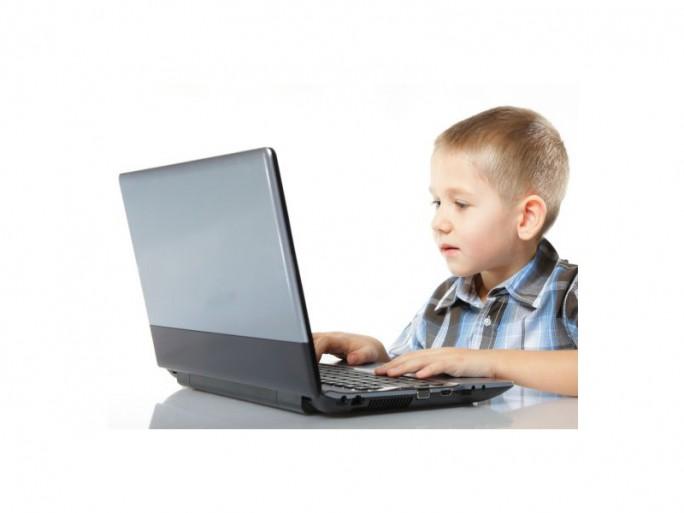 Kind vor Computer (Bild: Shutterstock)computer