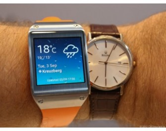 Uhrenvergleich: links Samsungs Galaxy Gear (Bild: news.com)