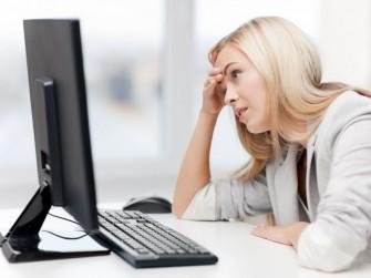 frau-warten-computer