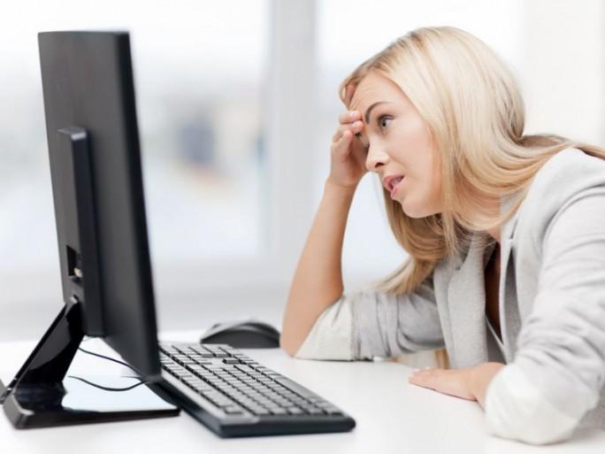 Frau vor Computermonitor (Bild: Shutterstock/Syda-Productions)