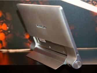 Mittels des ausklappbaren Standfußes kann man die Yoga-Tablets auch aufstellen und etwa für den Filmkonsum nutzen. (Bild: CNET).