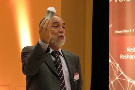 Joseph Reger, Chief Technology Officer zeigt auf dem Fujitsu Forum 2013 an einem Beispiel, mit welchen Zukunftsvisionen sich die Forscher von Fujitsu beschäftigen – mit dem Internet der Dinge, bei dem jede Glühbirne eine eigene IP-Adresse haben könnte (Foto: Mehmet Toprak).