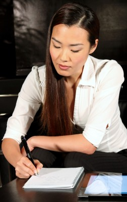 Elegant, hochglänzend, aber für kleine Hände ein bisschen groß geraten ist der Smartpen von Livescribe (Foto: Livescribe).
