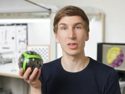 Jonas Pfeil mit einem frühen Modell der Wurfkamera Panono (BIld: Panono)