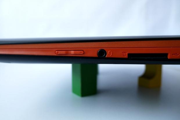 Das Ideapad Flex 14 ist durch den orange gefärbten Rand sofort als Consumer-Notebook erkennbar. Daneben gibt es aber auch eine Variante mit silbernen Rand. (Foto: Mehmet Toprak)
