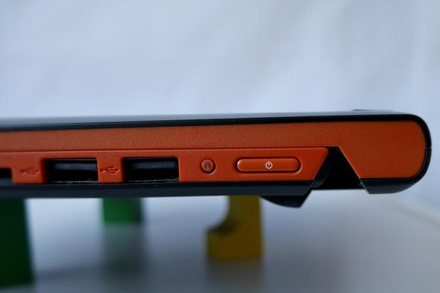 Die Ein-/Ausschalttaste und die USB-Anschlüsse des Flex 14. (Foto: Mehmet Toprak)