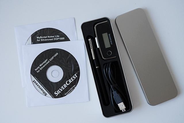Der Silvercrest wird in einem Metall-Etui geliefert. Die Programme Note Manager zum Hochladen, Verwalten und Bearbeiten der Notizen sowie die Lite-Version der Handschriftenerkennung My Script liegen ebenfalls bei (Foto: Mehmet Toprak).