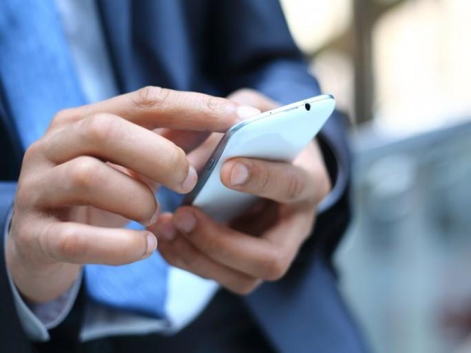 Business-Nutzer mit Smartphone (Bild: Shutterstock / TATSIANAMA)