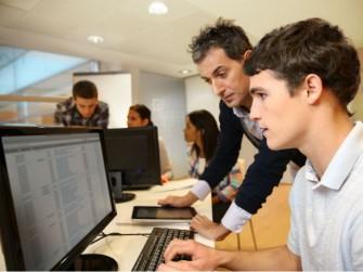 Das Interesse an IT-Berufen nimmt bei Schülern und Schülerinnen allmählich zu (Bild: Shutterstock)