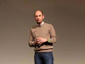 Dr. Roland Aubauer von Microchip Technology nutzte für seinen Vortrag über Gestensteuerung das GestIC an seinem linken Arm (Bild: Andre Borbe)