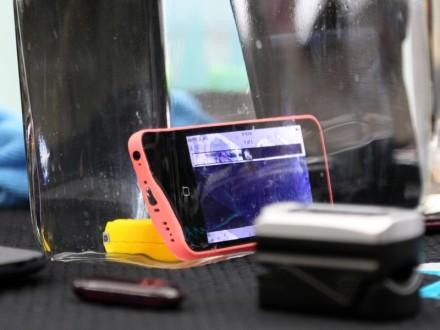 Die Firma HZO hat eine Schutzschicht auf Basis von Nanotechnologie entwickelt, die Bauteile in Smartwatches oder Smartphones vor Wasser schützt (Bild: Andre Borbe).
