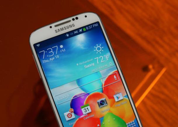 Auch das Galaxy S4 steht auf der Liste der Geräte, die das Update auf Android 4.4.2 bekommen sollen (Bild: CNET).