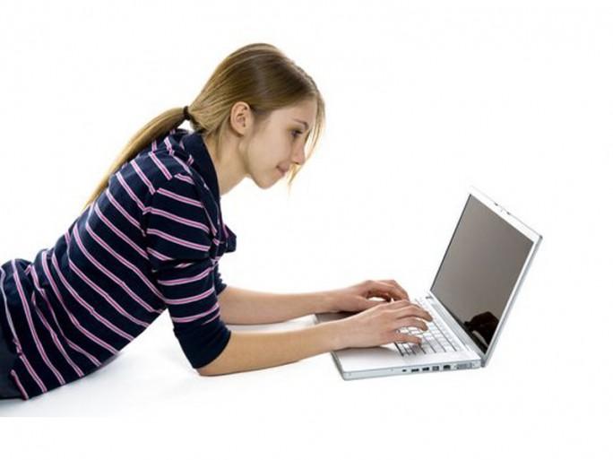 student-surfen-web (Bild: Shutterstock / Arieliona)
