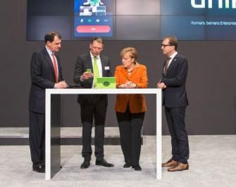 Angela Merkel beim CeBIT-Rundgang 2014 ( Bild: Unify)