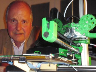 drian Bowyer, mit dem 3D-Drucker Ormerod (Bild: Christian Raum).