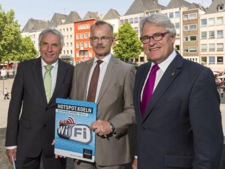 Oberbürgermeister Jürgen Roters, NetCologne-Geschäftsführer Jost Hermanns und Stadtdirektor Guido Kahlen bei der offiziellen Freigabe des Hotspot.Koeln-Netz (Bild: NetCologne).