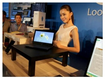 Auf der Computex hat Intel auch einen Tisch mit dem auf Nahfeld-Magnetresonanz beruhenden Ladesystem Rezence gezeigt (Bild: CNET).