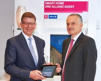 Telekom-Vorstand Reinhard Clemens (links im Bild) und Christof Mascher, Vorstandsmitglied der Allianz SE, bei der Vorstellung der gemeisnamen Angebote (Bild: DTAG).