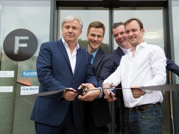 Berlins Regierender Bürgermeister Klaus Wowereit (links) hat das Start-up-Zentrum Factory offiziell eröffnet (Bild: a+o GmbH).