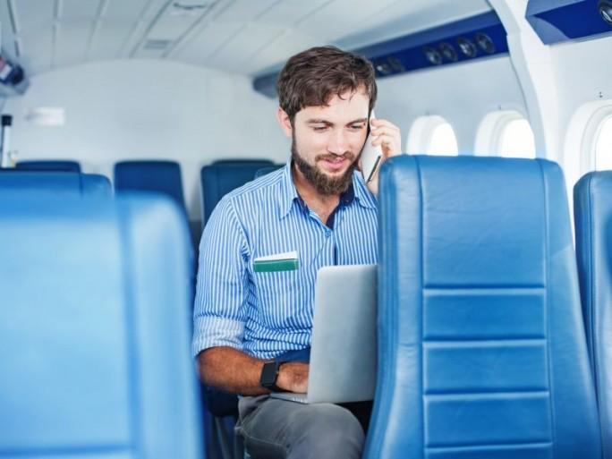 Business-Mann-Flugzeug (Bild: Shutterstock / Mila-Supinskaya)