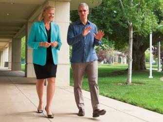 Ginni Rometty, Präsidentin und CEO von IBM  und Tim Cook, CEO von Apple, wollen künftig Firmen Mobilitätslösungen gemeinsam anbieten (Bild: IBM).