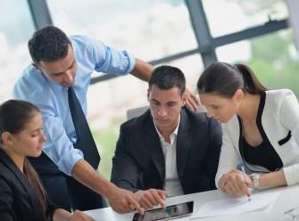 tablet-nutzung-office-gruppe ( Bild: Shutterstock/dotshock)