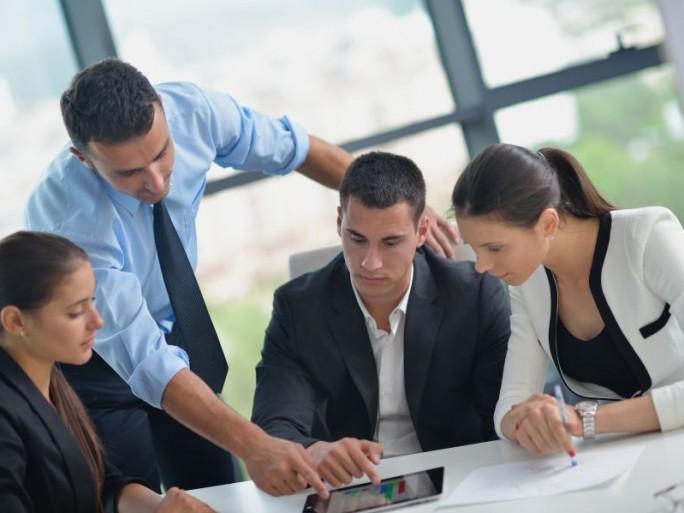 tablet-nutzung-office-gruppe (Bild: Shutterstock/dotshock)